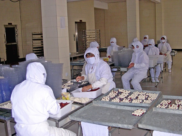 图为某食品加工厂生产车间