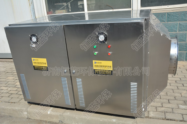 图为注塑机废气处理设备中的光解式废气净化设备