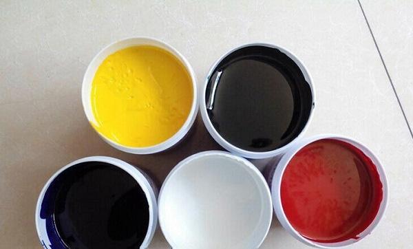 图为印刷厂使用的不同颜色的油墨